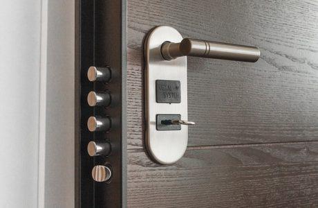 מגן אצבעות לדלת – האם הוא מתאים לכל סוגי הדלתות?