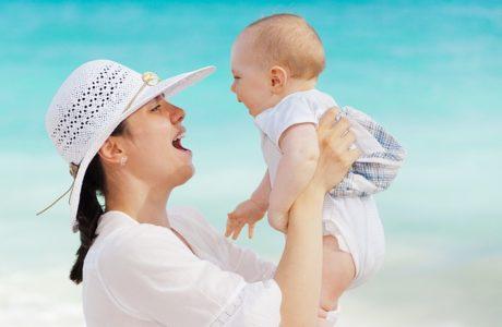 מטפלת לתינוק לוקחים עם המלצות